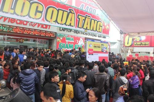 Mediamart Mỹ Đình khai trương, người dân chen chân mua hàng điện máy.